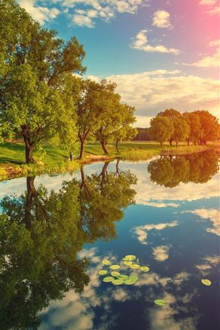 iPhone Hintergrundbilder Fluss, Bäume, Wasserreflexion, Wolken, Sonnenschein, Naturlandschaft