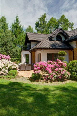 iPhone Hintergrundbilder Villa, Garten, Wiese, rosa Blüten, Bäume, Grün
